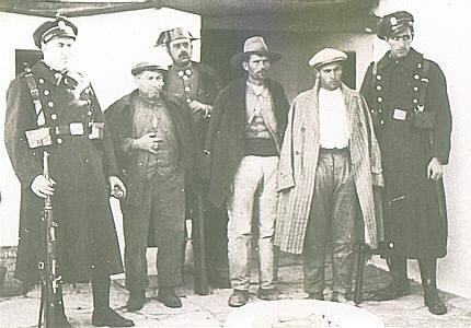 Guardias de asalto y guardia civil posando con algunos sospechosos de haber participado en la sublevación de Casas Viejas (1933)
